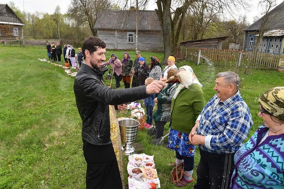 Отец Александр за день объехал девять деревень, где его ждали верующие.