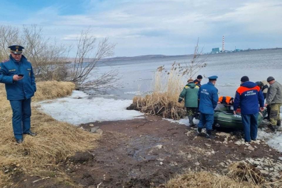 В Красноярском крае спасли рыбаков, уплывших на оторвавшейся льдине