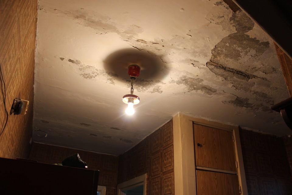 Дождь в квартирах, известкопад и всепоглощающий грибок - не самые лучшие условия для проживания.