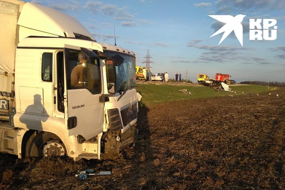 В пассажирский транспорт на полном ходу врезался многотонный грузовик.