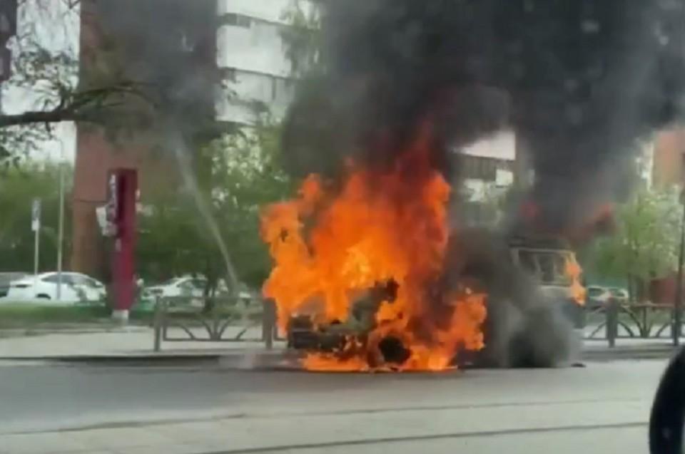 """Автомобиль вспыхнул прямо на проезжей части. Фото: паблик """"Инцидент Екатеринбург"""" в ВК"""