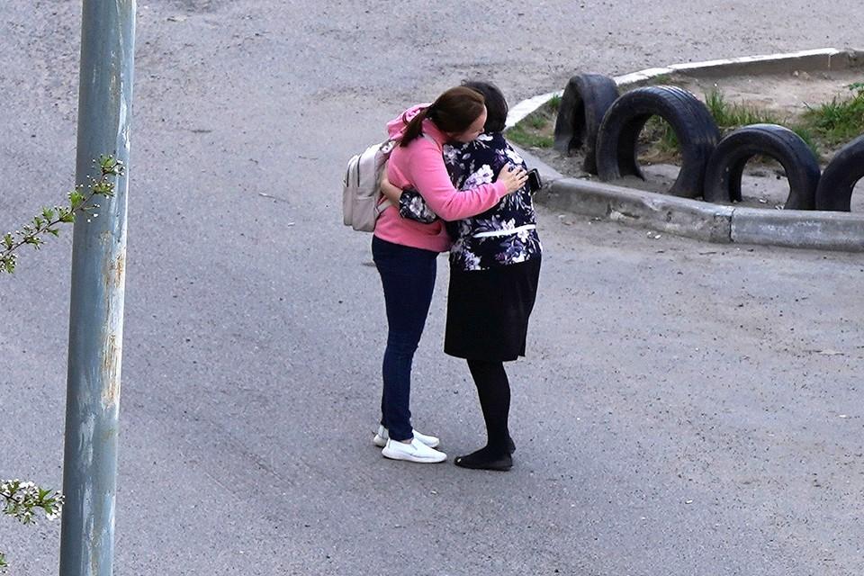 Мама обнимает дочь у школы №175 в Казани.