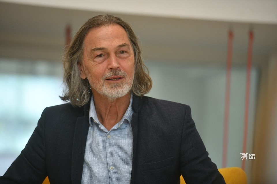 Никас Сафронов привез в Екатеринбург свою новую выставку.