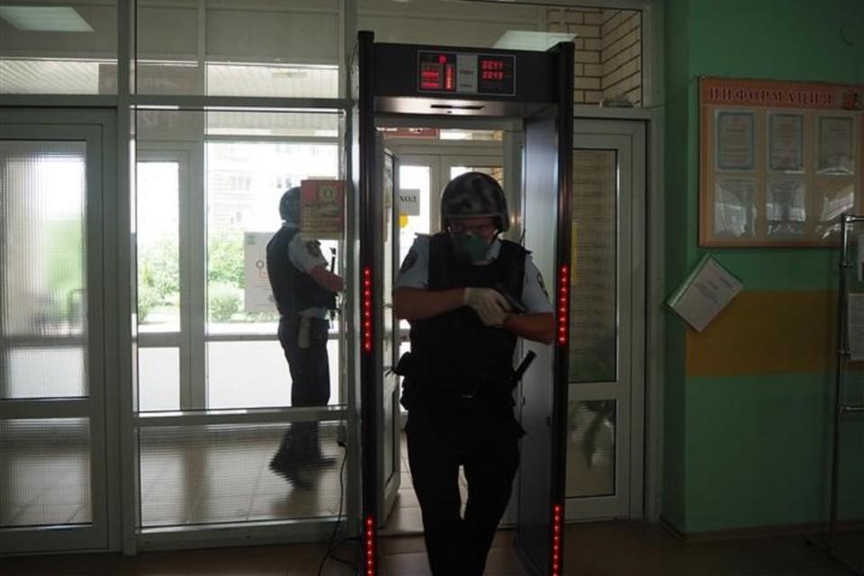 Также в этой школе безопасность обеспечивают сотрудники ЧОПа, стоят металлорамки и видеокамеры. Фото: rosguard.gov.ru