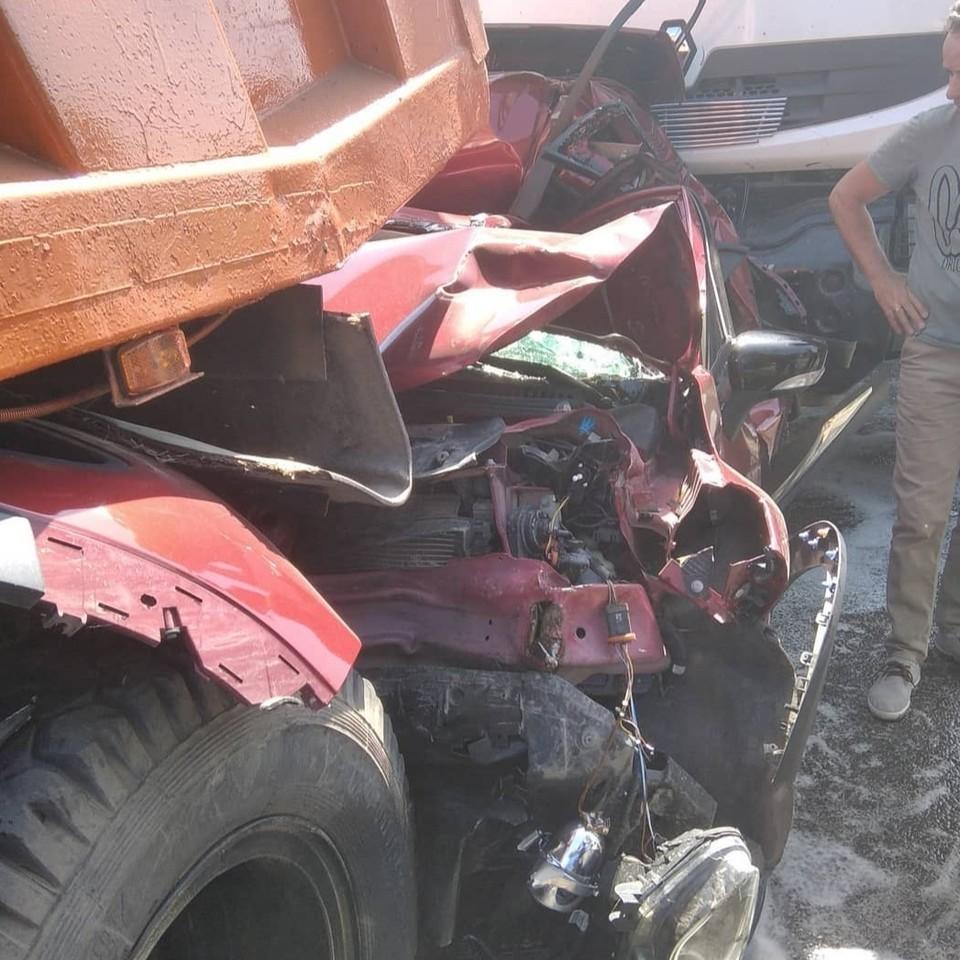 Два грузовика буквально смяли кроссовер.