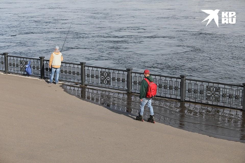 Народ сюда магнитом тянет: в Красноярске Енисей выходит из берегов и топит набережную