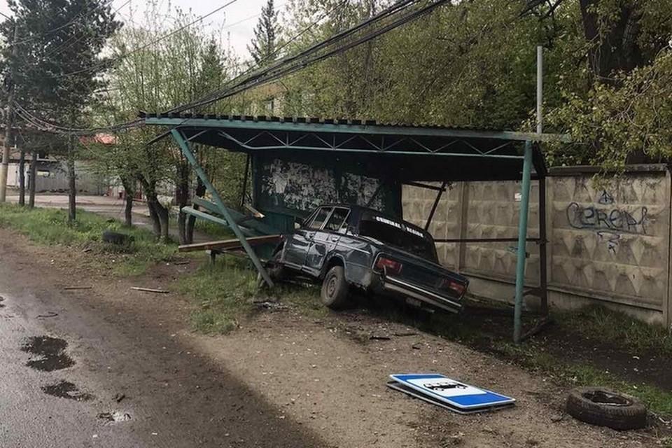 В Канске пьяный подросток на ВАЗе снес автобусную остановку. Фото: ГИБДД