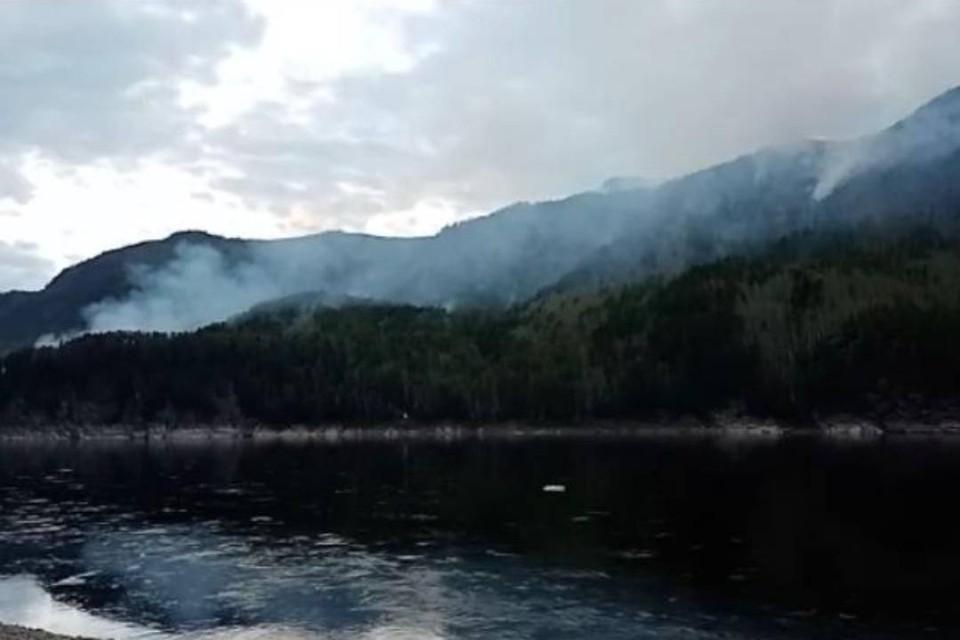Лесной пожар не несет опасности поселку Мамакан в Иркутской области