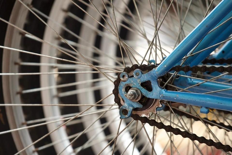 Водитель поворачивал во двор и сбил молодого человека на велосипеде.