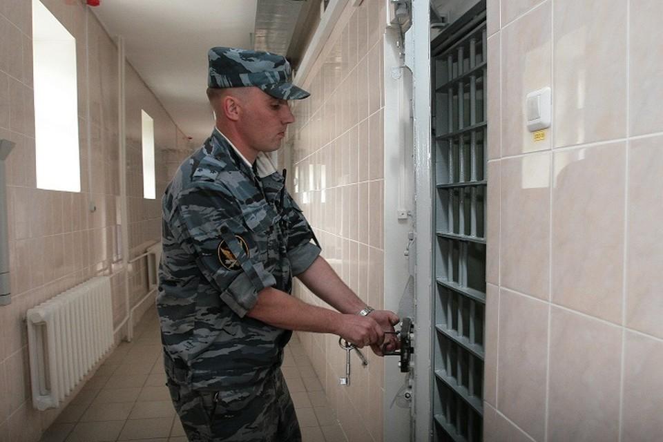 Украла телефон и наличку: директора магазина сотовой связи осудят в Хабаровске