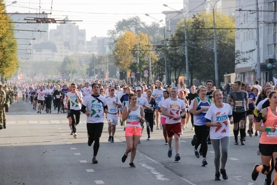 Сотни спортсменов пробуют свои силы в марафоне