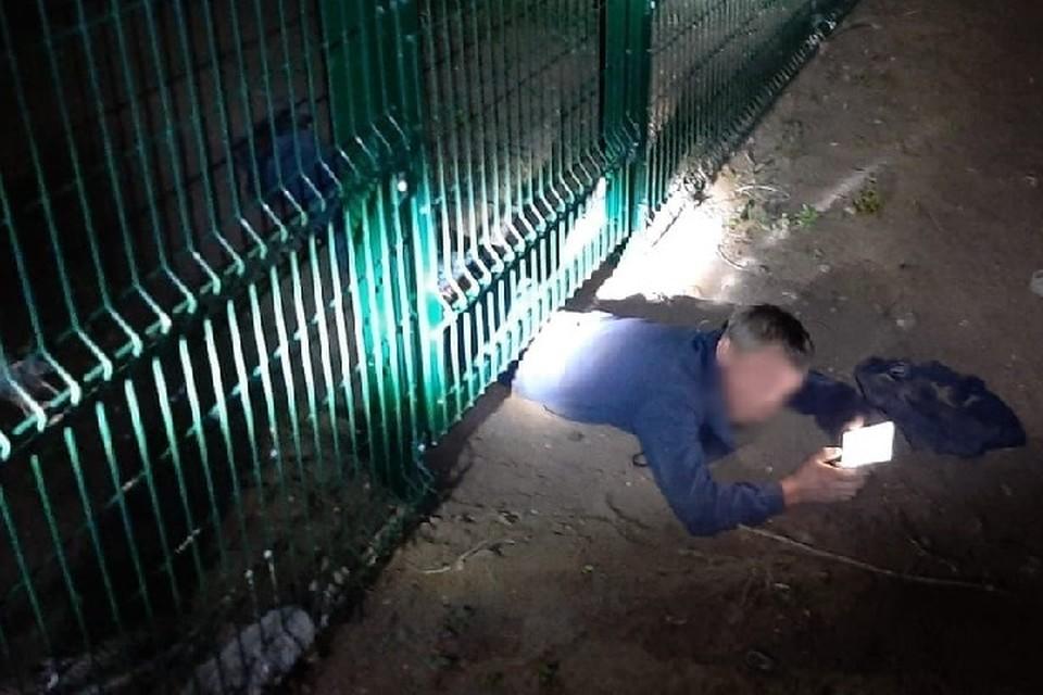 Мужчина во время спасения вел себя непринужденно, не переставая общаться с друзьями в смартфоне.