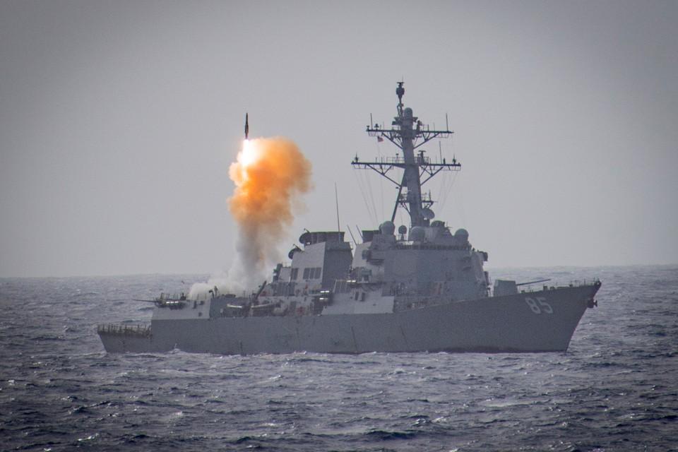 Ракетный пуск с борта американского военного корабля в Тихом океане.