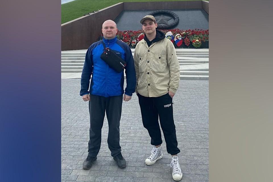 Два сына Михаила Круга – Дмитрий и Александр – на Ржевском мемориале. Фото: ВК/Сергей Елисеев.