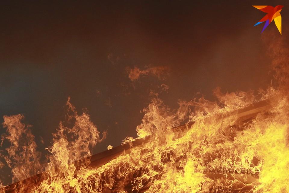 Пострадавших нет, а причина пожара устанавливается.