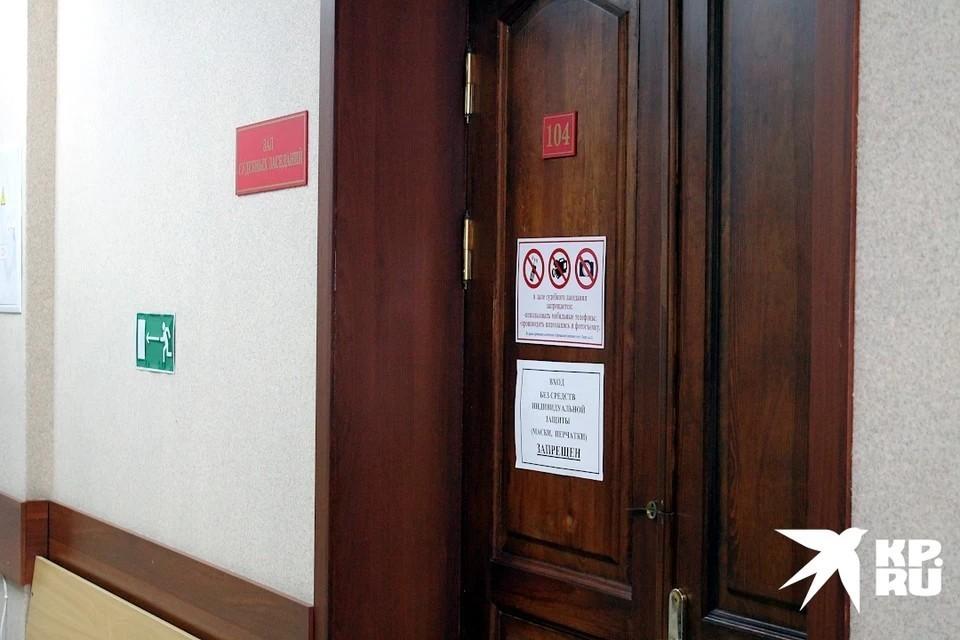 В Тверской области судят подозреваемого в убийстве из-за 10 тысяч рублей.