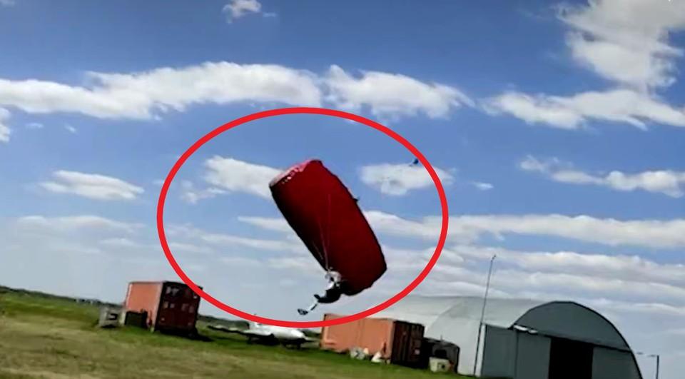 Коллеги разбившегося экстремала утверждают, что он не справился с потоками ветра при приземлении.