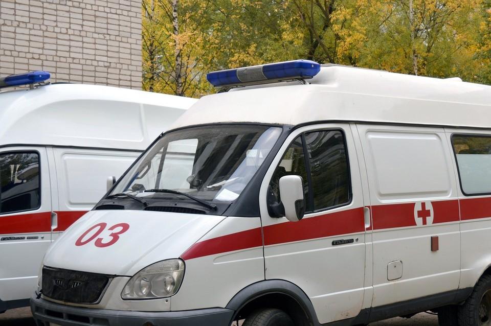Мужчина вел себя агрессивно с медиками, а когда прибыл полицейский, напал на него с кулаками