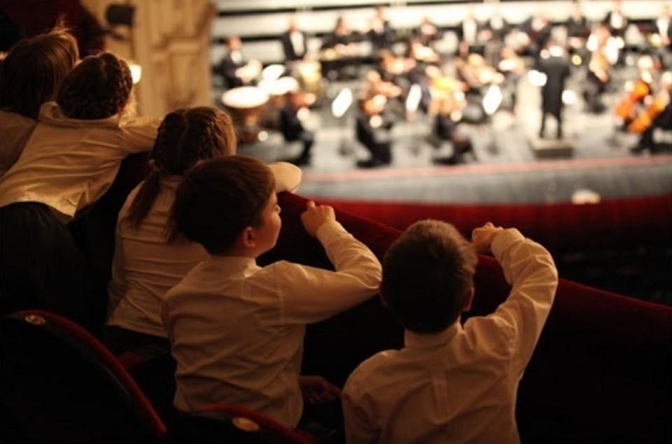 Артисты Тюменской филармонии организовали концерт для детей. Фото: tgf.kto72.ru.