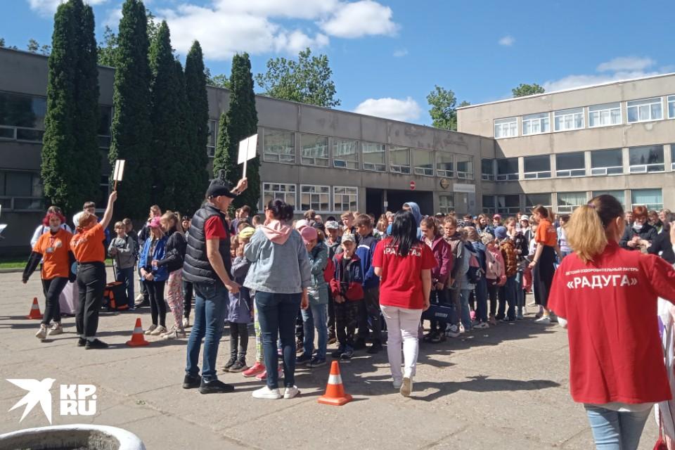 После года коронавирусных запретов, тверские школьники наконец отправились в детские лагеря.