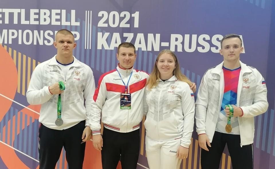 Воспитанница СШ Оскол Алеся Щекина (вторая справа) завоевала серебряную медаль среди юниорок в весовой категории 68+ килограммов. Фото ЦСП Белгородской области.