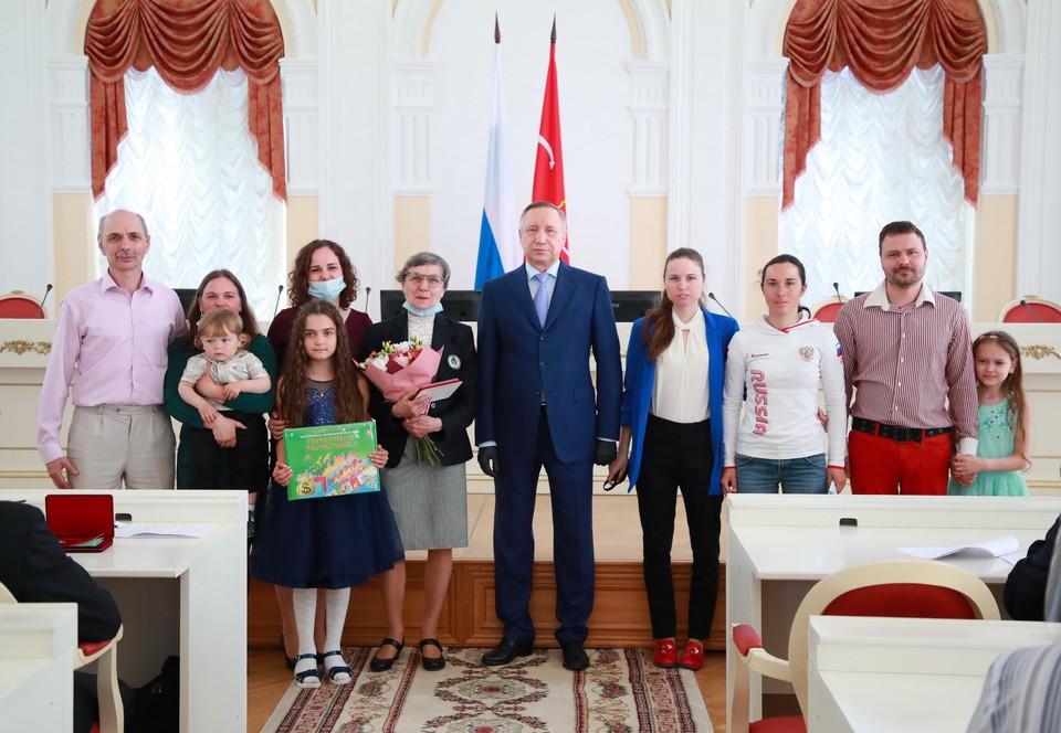 Многодетные семьи наградили в День защиты детей. Фото: gov.spb.ru