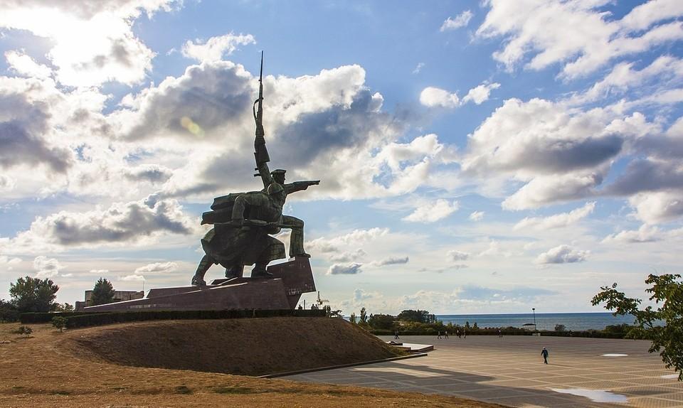 """Скульптура, установленная в память тем, кто сражался за город в годы ВОВ, стала одним из символов Севастополя. Фото: свободная энциклопедия """"Википедия""""."""