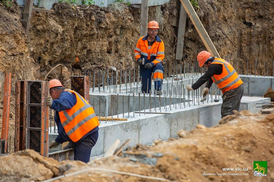 Строители уже бетонируют фундамент, договоренности о подключении дома к инженерным сетям есть. Фото: Анастасия Котлярова/ Администрация Владивостока