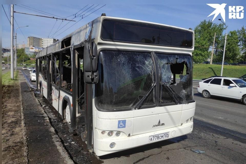В Красноярске утром полностью выгорел автобус 50-го маршрута. Фото: Олеся Кузнецова