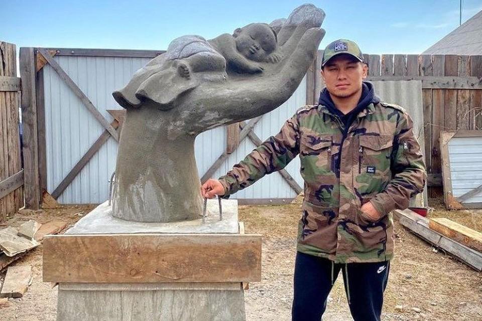 В Туве установили скульптуру в память о замершей насмерть 7-месячной малышке. Фото: Айдын Монгуш