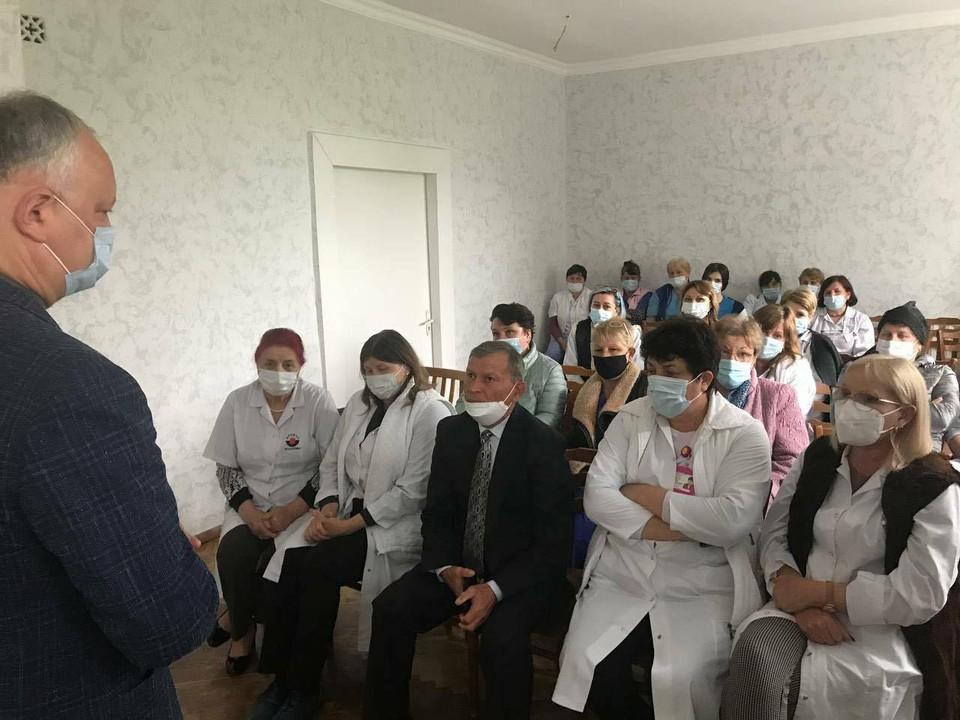 В городе Бессарабка (Басарабяска)лидер ПСРМ отправился в районную больницу, где побеседовал с медицинскими работниками. Фото:facebook.com/dodon.igor