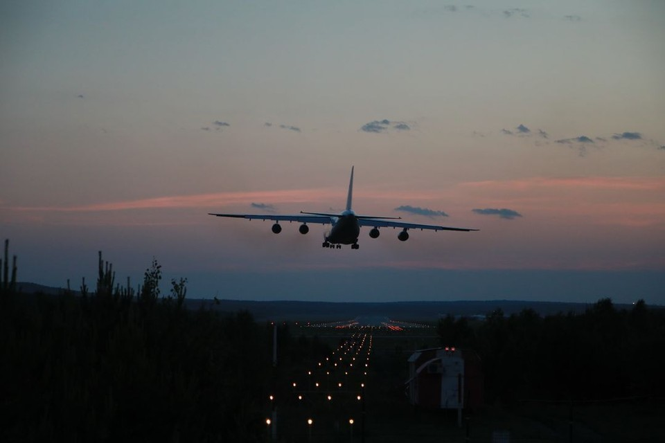 Военный самолет на взлетно-посадочной полосе задел крылом автобус.