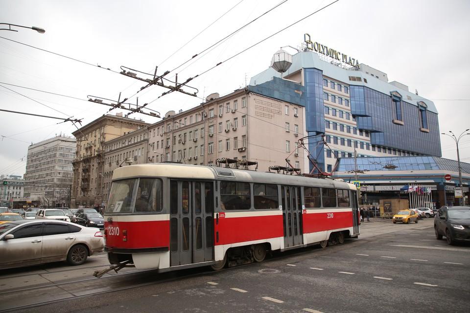 В Кузбассе загорелся трамвай на остановке.