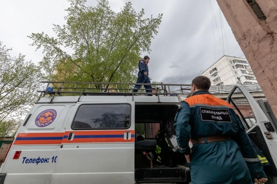 Пострадавшего мужчину спасатели сняли с козырька и передали медикам.