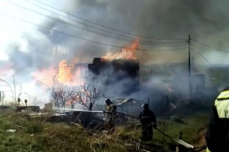 Прокуратура проведет проверку по факту пожара в двух многоквартирных деревянных домах в Братске