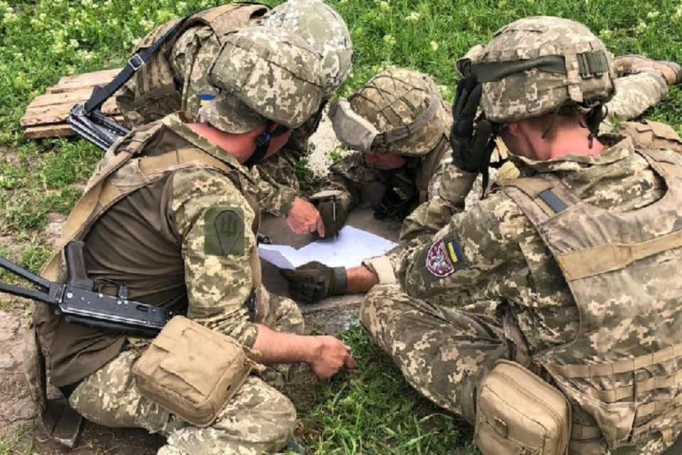 Украинские солдаты продолжают минировать дороги общего пользования. Фото: штаб «ООС»