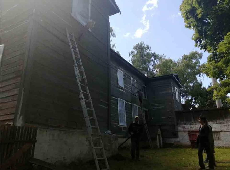 В Новодугинском районе ремонтируют школу, которой 230 лет. Фото: пресс-служба муниципального образования.