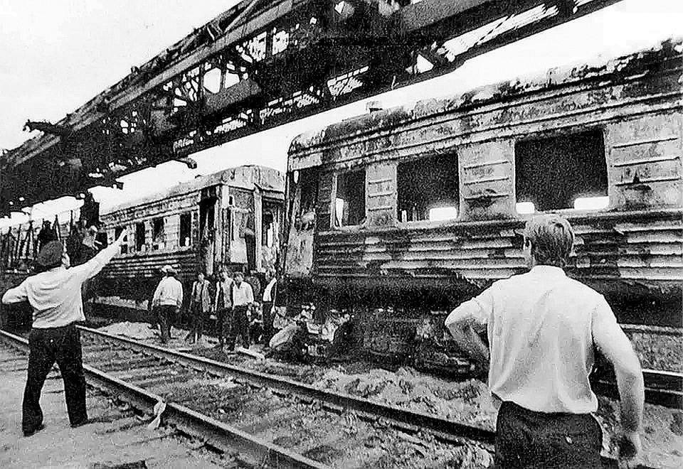Взрыв раскидал вагоны, в которых мирно спали люди. Фото: архив Юрия Вишни