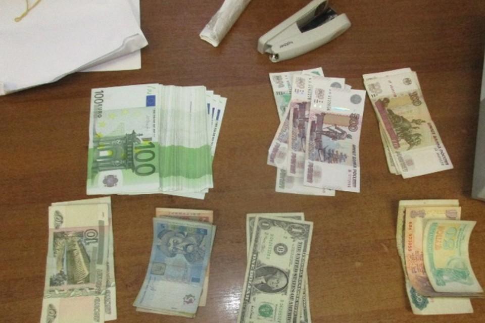 Мужчина пытался пронести деньги в рюкзаке Фото: пресс-служба Южного таможенного управления