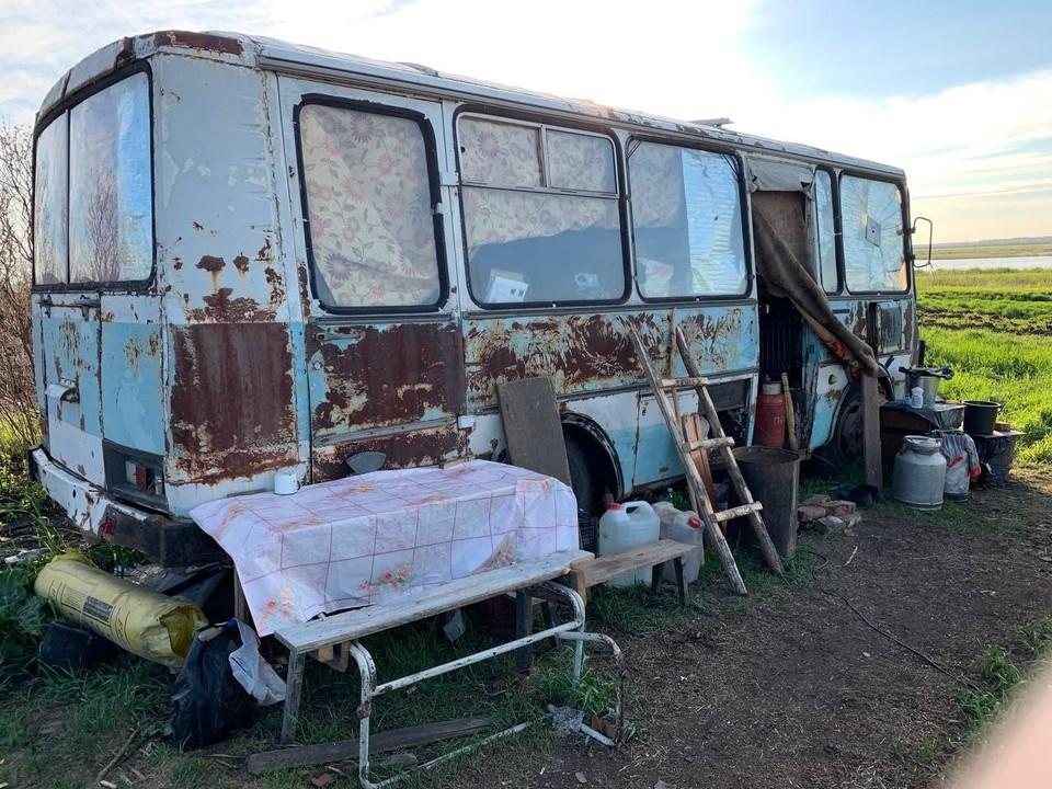 Для некоторых сибиряков кабина этого старенького ПАЗика теперь служит домом. ФОТО: Дмитрий Петренко