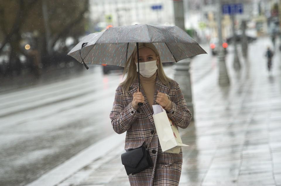 В выходные, выходя на улицу, не забудьте взять с собой зонт.