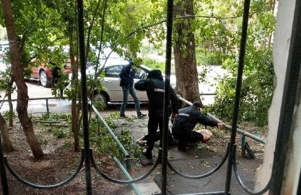 Женщине помогли проезжавшие мимо полицейские.