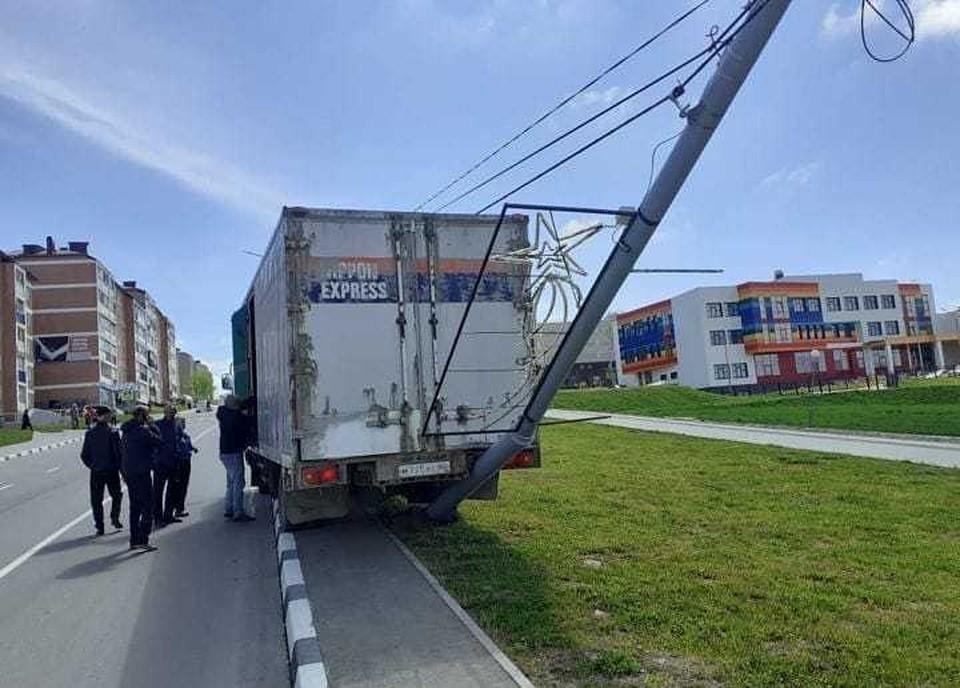 Машина заехала на тротуар, а после врезалась в столб. Фото: Instagram-аккаунт @chp_sakhalin