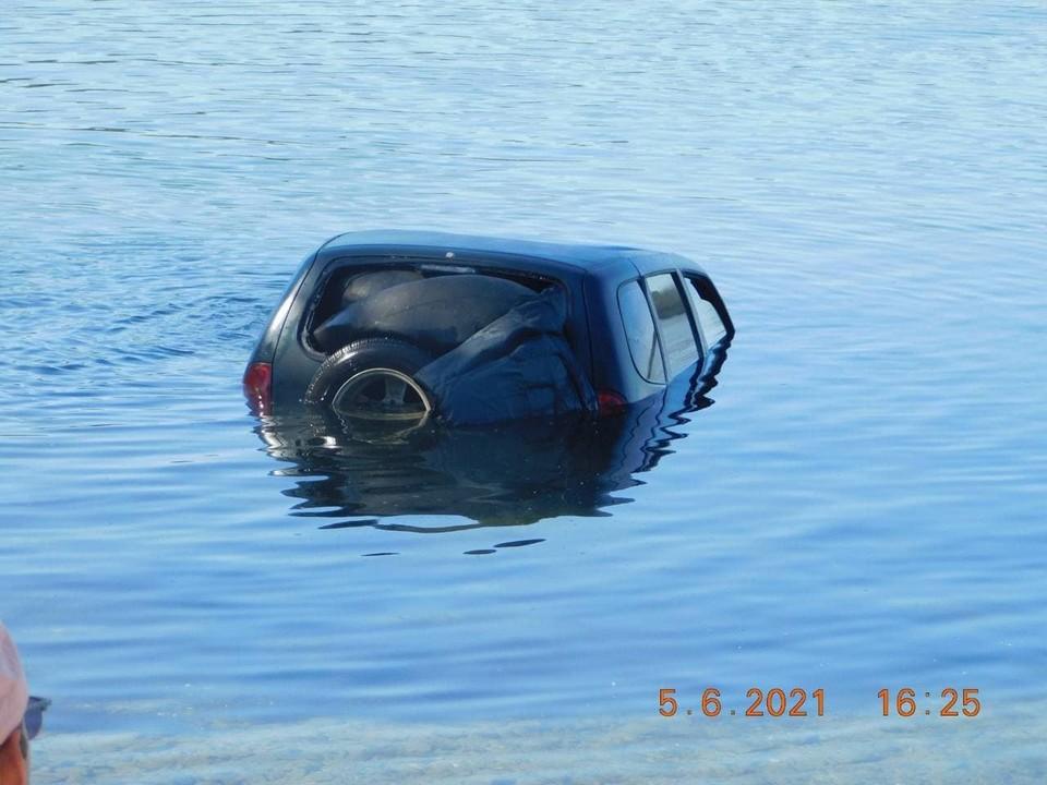 Автомобиль доставали с помощью спецтехники. Фото: минэкологии