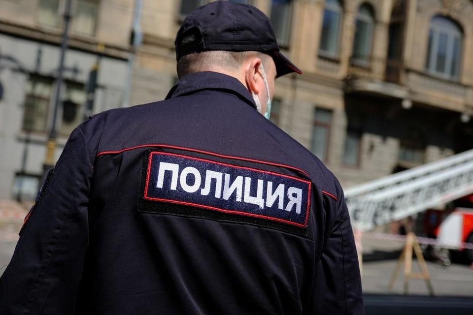 Полицейские поймали мужчину, который нашел карты и рассчитался ими в магазине.