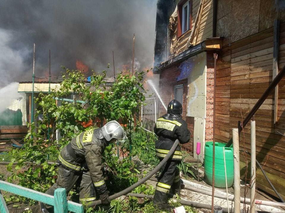 В огне почти полностью сгорели два дома.