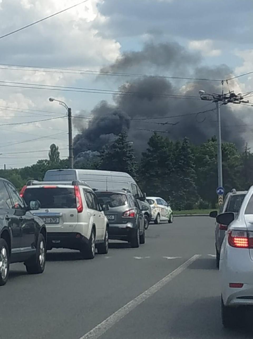 Столб дыма виден издали (Фото: соцсети).
