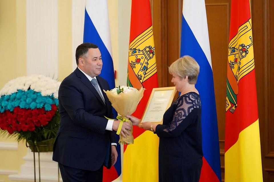 Игорь Руденя поздравил и наградил соцработников накануне их профессионального праздника. Фото: ПТО
