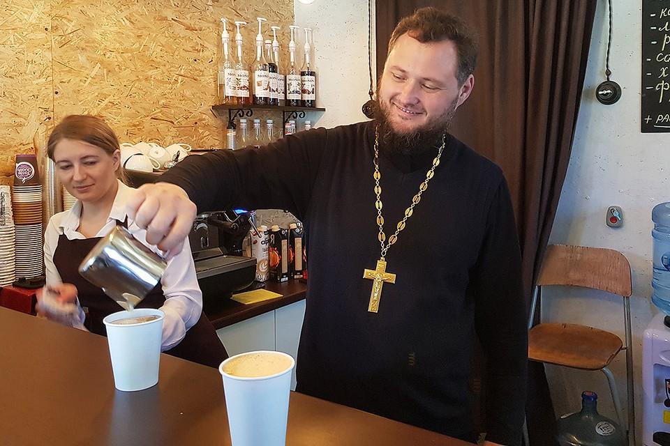 Отец Вячеслав готовит «солнечный кофе».