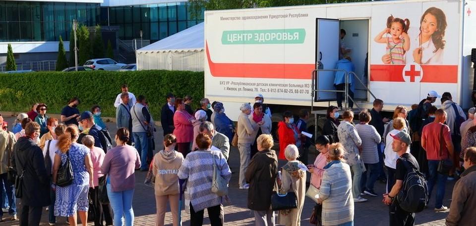 На выездную вакцинацию в Ижевске образовалась очередь Фото: Амир Закиров